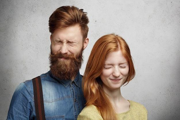 Les gens et l'amitié. jeune couple profitant d'un moment de paix et de tranquillité posant de près les yeux fermés.