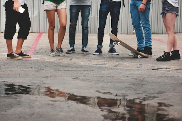 Gens d'amitié skateboard sport extrême concept d'équipe