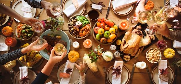 Les gens applaudissent célébrant le concept de vacances de thanksgiving