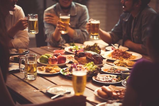 Les gens en asie célèbrent le festival, ils cliquent des verres de bière et le dîner heureux
