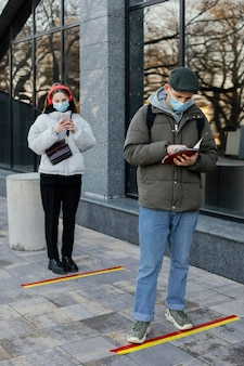 Les gens attendent en ligne