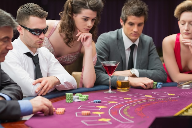 Les gens autour de la table de poker