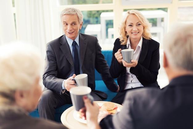Les gens boivent du café dans la salle d'attente