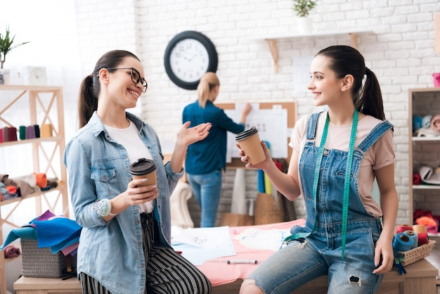 Les gens boivent du café en parlant et en souriant