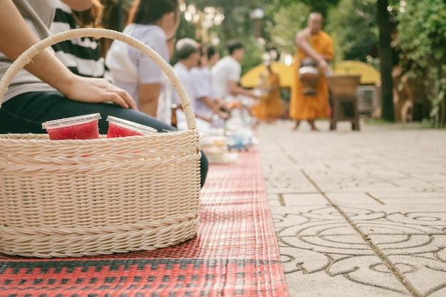 Les gens bouddhistes préfèrent consommer des objets dans un panier pour le moine le matin pour le concept de mérite