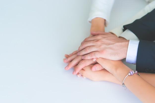 Gens de bureau mettant la main ensemble pour concept de succès d'équipe commercial