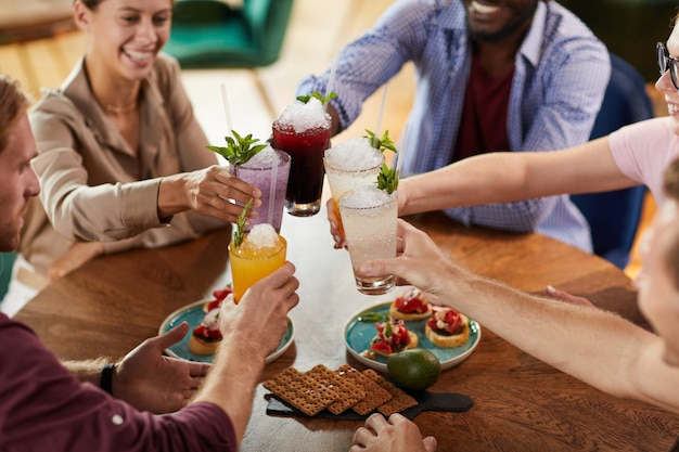 Gens buvant des cocktails au déjeuner