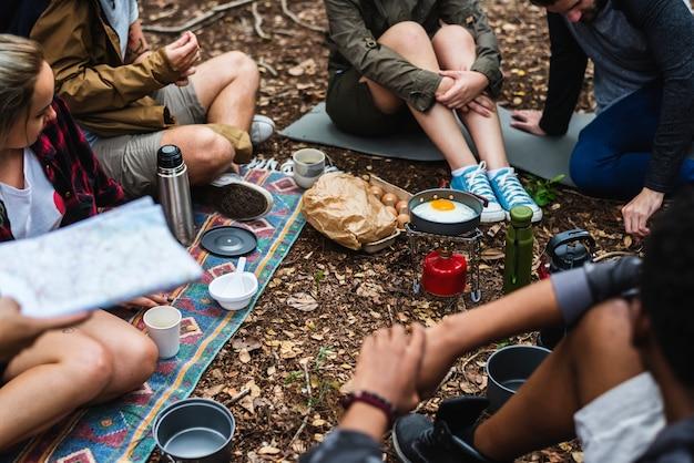 Les gens campent dans la forêt