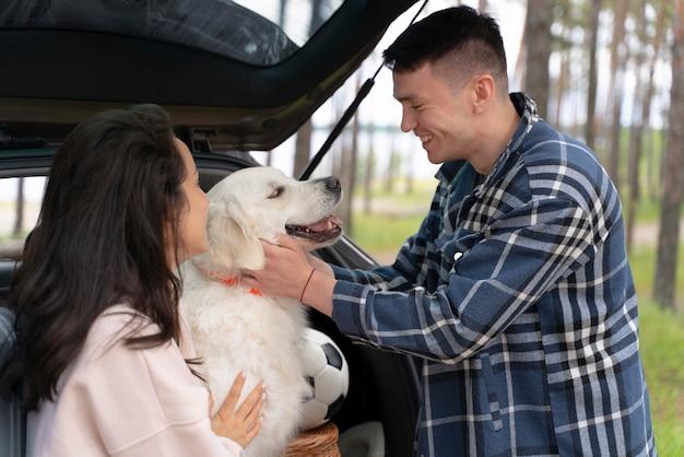 Gens caresser chien coup moyen