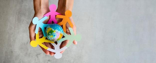 Gens de la chaîne origami avec globe