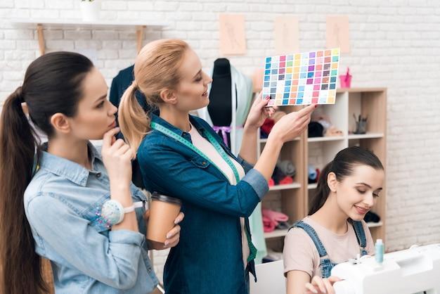 Les gens cherchent des modèles de couleurs pour une nouvelle robe.