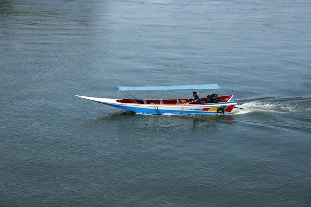 Les gens comme des touristes dans le bateau de vitesse dans la rivière