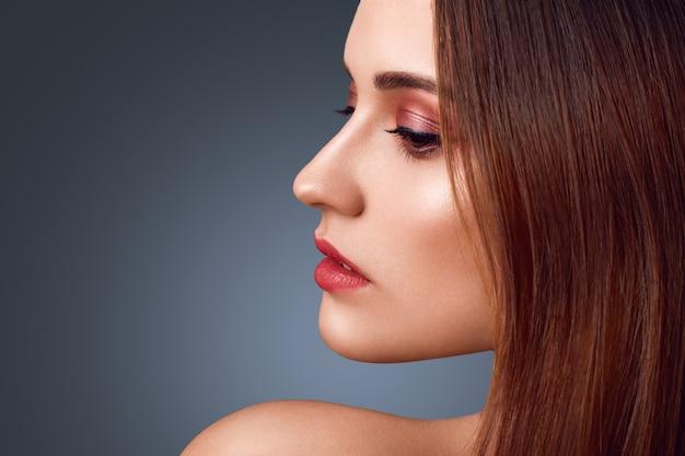 Gens, concept de beauté. portrait de côté de femme brune nue avec un merveilleux maquillage