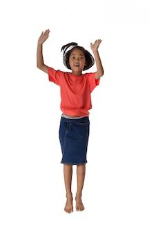 Gens concept heureux petit garçon asiatique sautant dans le bonheur de l'air, enfance
