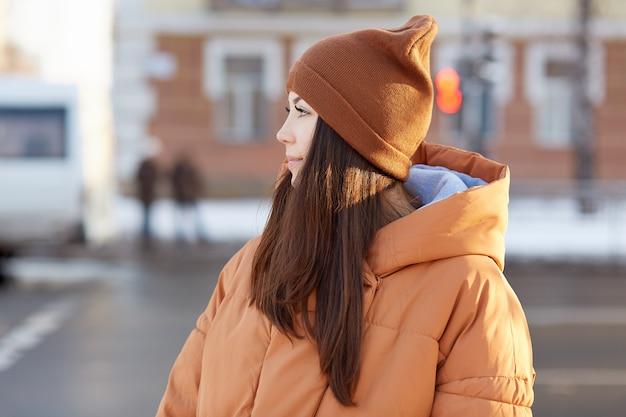 Gens, concept de style de vie. brunette jolie femme européenne porte chapeau et veste marron élégant
