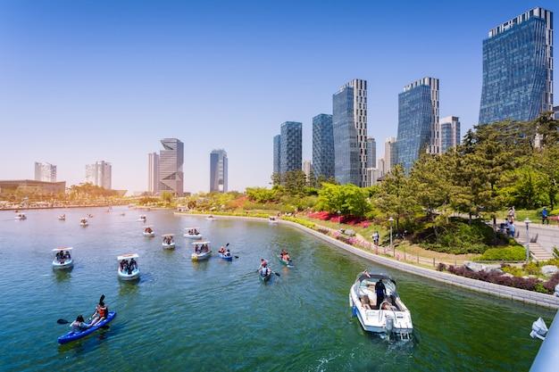 Les gens conduisent un bateau touristique en été de corée à central park dans le district de songdo, incheon en corée du sud.