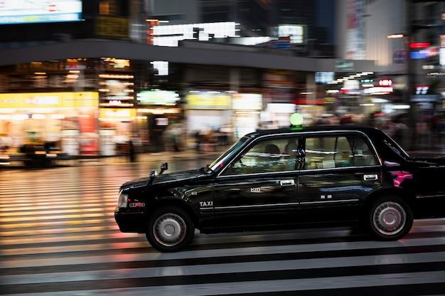 Les gens conduisent des voitures dans la rue de la ville