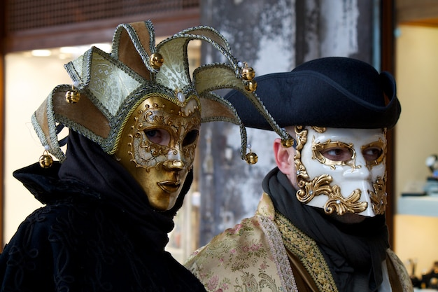 Les gens en costume pour le carnaval de venise