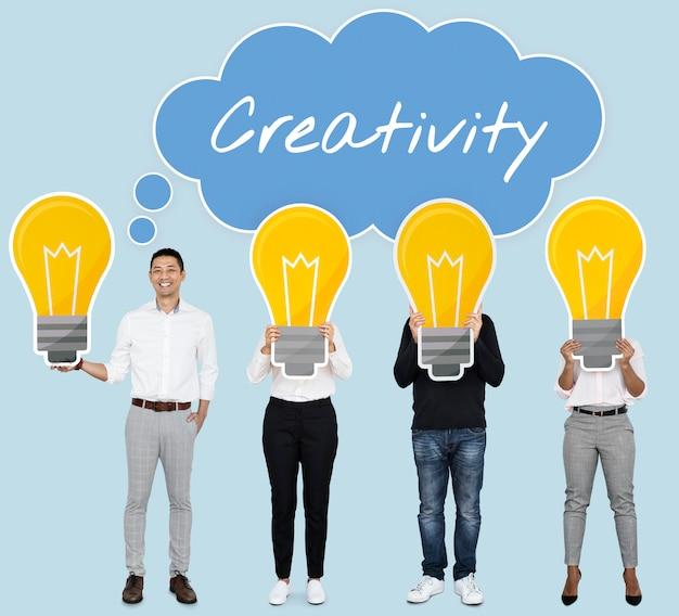 Gens créatifs montrant des icônes d'ampoule