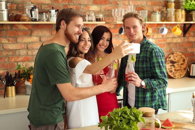 Les gens à la cuisine