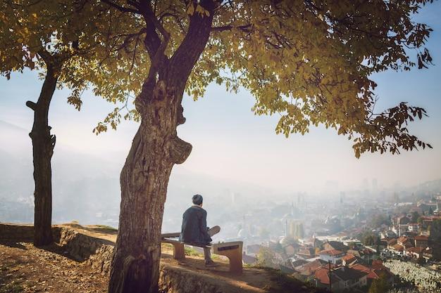 Gens dans un beau parc avec vue sur la ville