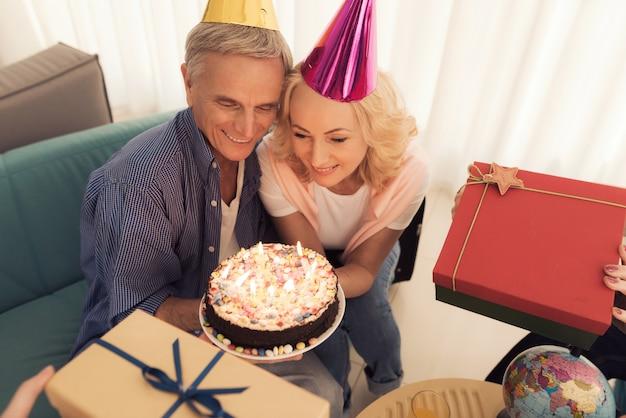 Les gens dans un chapeau d'anniversaire. les personnes âgées fêtent leur anniversaire