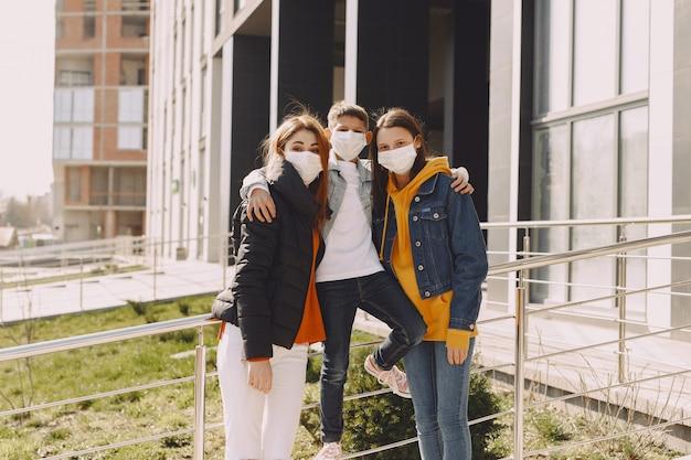 Les gens dans un masque debout dans la rue