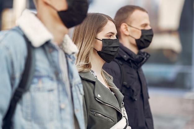 Les gens dans un masque se tiennent dans la rue