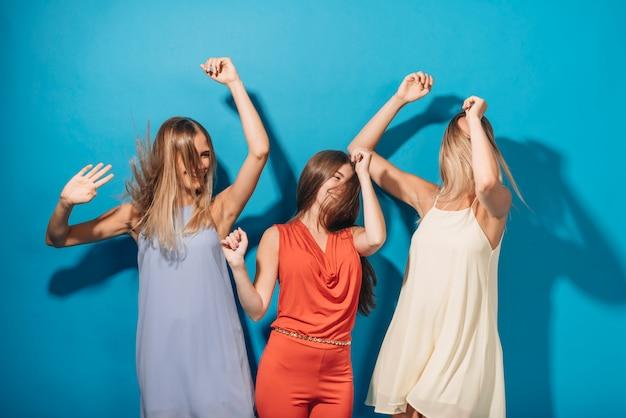 Les gens dansent lors d'une fête