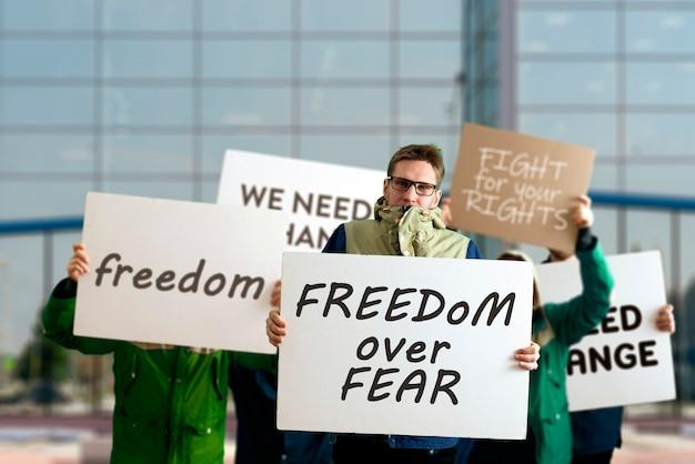 Les gens dehors dans les rues avec des banderoles sur la marche de protestation, événement politique