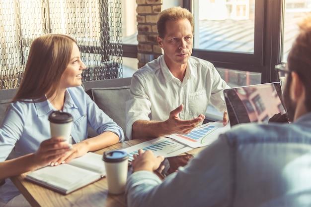Les gens discutent des affaires en utilisant un ordinateur portable