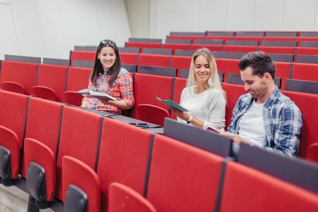 Les gens discutent dans la salle de conférence avant la leçon