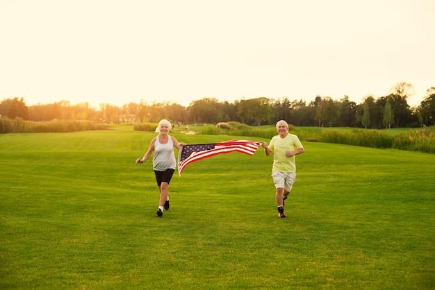 Les gens avec le drapeau américain en marche