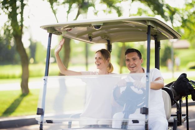 Les gens du golf caddy car rich family hobby.