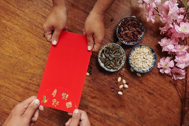 Les gens échangeant des enveloppes d'argent chanceux