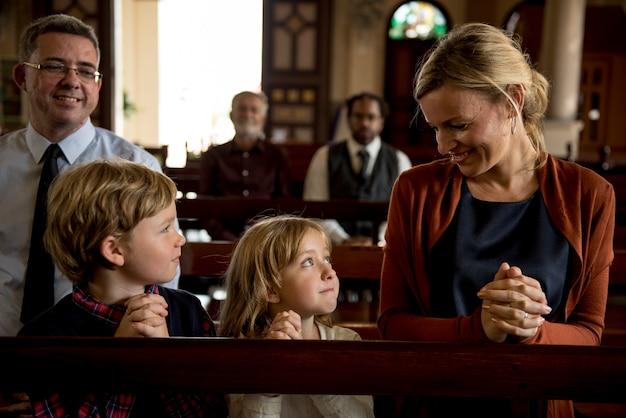 Les gens d'église croient la foi religieuse
