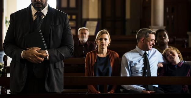 Les gens d'église croient foi religieuse