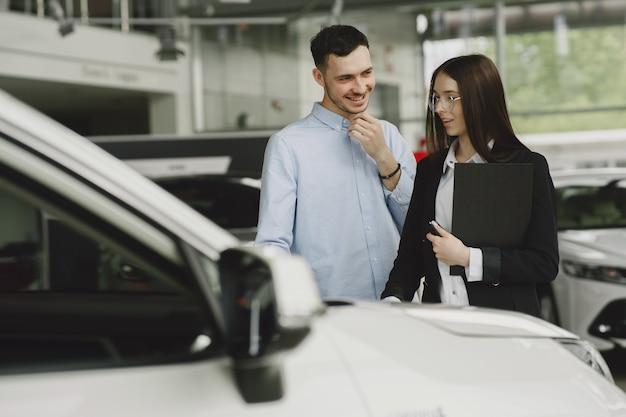 Des gens élégants et élégants dans un salon de voiture