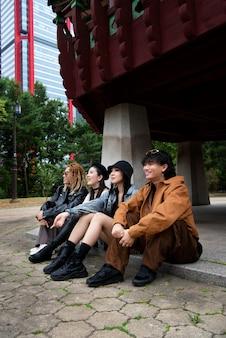 Gens élégants k-pop dans la scène urbaine