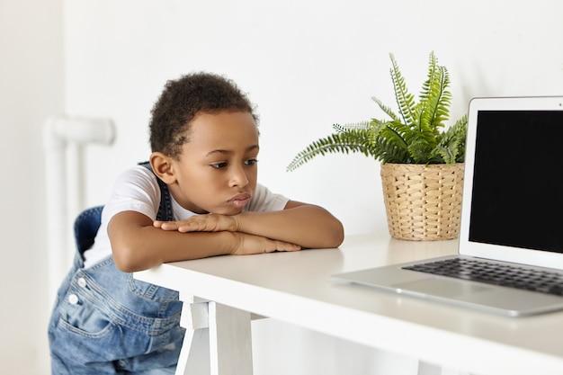 Les gens, l'enfance, la technologie et les gadgets électroniques modernes.