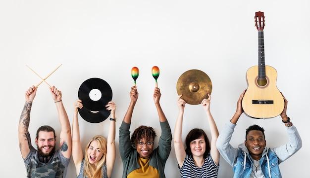 Les gens ensemble apprécient la musique
