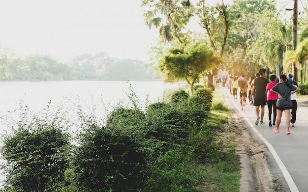 Les gens exercent dans le parc.