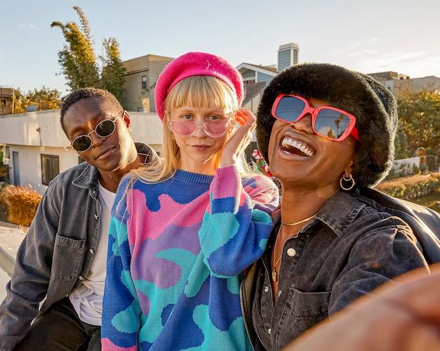 Les gens à l'extérieur avec des lunettes de soleil coup moyen