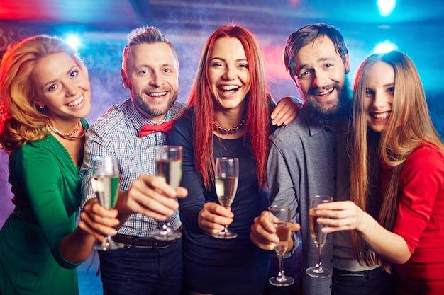 Les gens femme champagne grillant acclamant