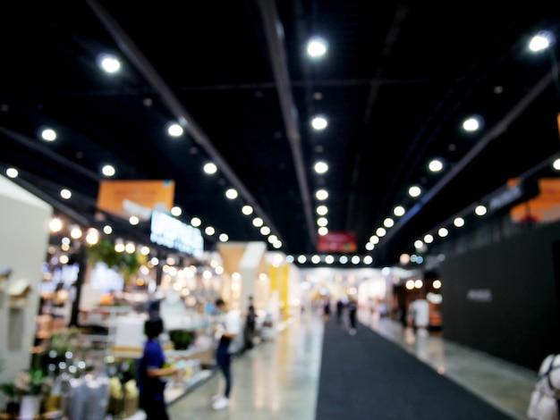 Gens de flou abstrait dans le fond de l'événement de la salle d'exposition