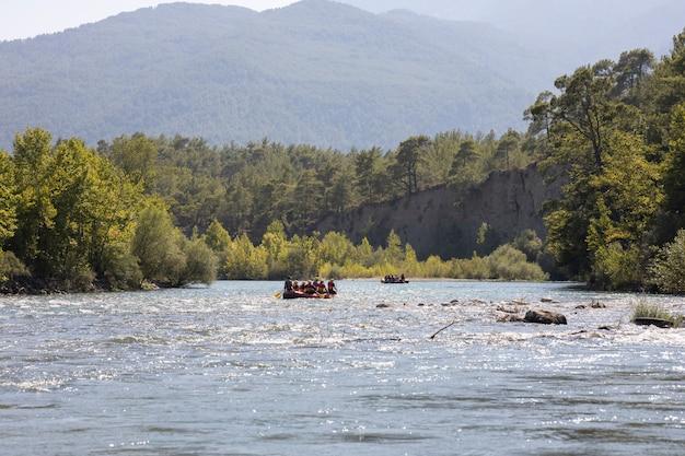 Les gens font du rafting sur une rivière
