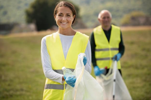 Les gens font du service communautaire en ramassant les ordures ensemble