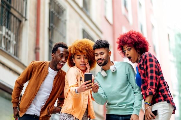 Les gens font des gestes d'émotion lorsqu'ils voient le téléphone portable