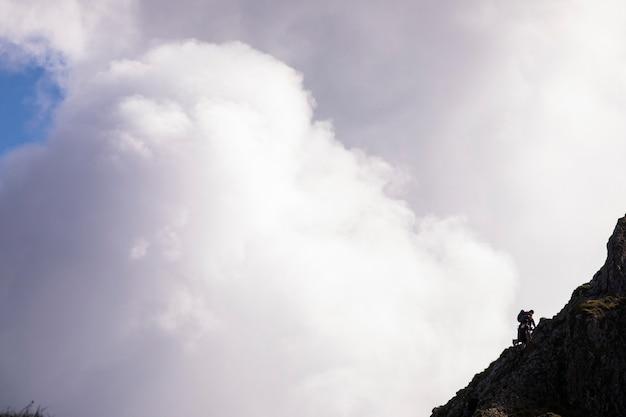 Les gens font un sommet dans les montagnes de bavière, dans le sud de l'allemagne. l'europe 