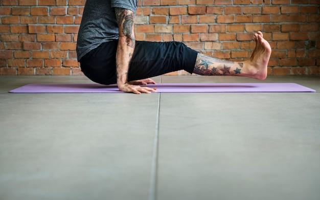 Les gens font un yoga